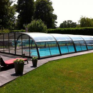 L'abri de piscine mi-haut est un abri bas permettant de profiter du bassin.