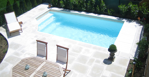 Mini piscine extérieure au milieu d'une terrasse ensoleillée