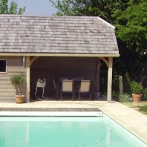 pool house dans un jardin