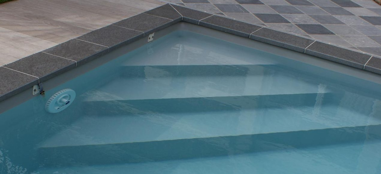 Escalier d'angle droit de piscine avec liner gris clair