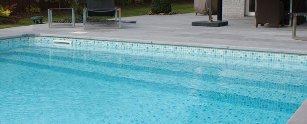 Escalier toute largeur de piscine